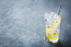 Le cocktail de genièvre et d'alcool de tonique boivent avec de la glace en verre image libre de droits