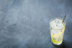 Le cocktail de genièvre et d'alcool de tonique boivent avec de la glace en verre images stock