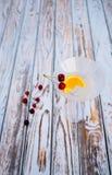 Le cocktail de vermouth avec l'orange et la cerise portent des fruits dans le verre photo libre de droits
