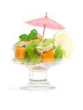 Le cocktail des fruits tropicaux a décoré la menthe image libre de droits