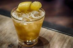 Le cocktail jaune avec le citron garnissent Photos stock