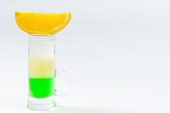 Le cocktail a placé sur un blanc avec les fruits frais d'été photos libres de droits