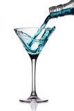 Le cocktail a plu à torrents dans la glace de martini images libres de droits