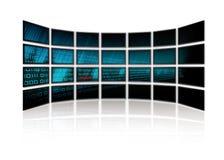 Le code binaire rougeoie sur des écrans de TV Photographie stock libre de droits