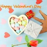Le coeur avec la sucrerie Valentine Background avec la rose de rouge et la valentine heureuse textotent à l'arrière-plan bleu Images libres de droits