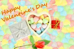 Le coeur avec la sucrerie Valentine Background avec la rose de rouge et la valentine heureuse textotent à l'arrière-plan de sucre Photographie stock