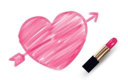 Le coeur avec le symbole de flèche écrivent par couleur de rose de rouge à lèvres d'isolement sur le fond blanc Photographie stock libre de droits