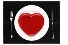 Le coeur blanc et rouge vide plaque le couteau et la fourchette Photographie stock libre de droits