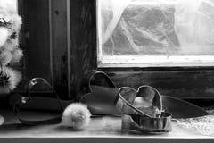 Le coeur brisé, amour perdu, le coeur brisé, vieux châssis de fenêtre Photos libres de droits