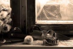 Le coeur brisé, amour perdu, le coeur brisé, vieux châssis de fenêtre Images stock