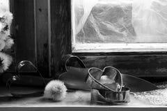 Le coeur brisé, amour perdu, le coeur brisé, vieux châssis de fenêtre Photo libre de droits