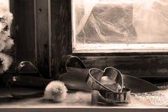 Le coeur brisé, amour perdu, le coeur brisé, vieux châssis de fenêtre Photo stock