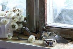 Le coeur brisé, amour perdu, le coeur brisé, vieux châssis de fenêtre Photographie stock libre de droits