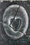 Le coeur brisé, découpé dans la pierre Photos libres de droits