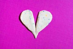 le coeur brisé de Multi-couleurs fait avec de la pâte à modeler sur le rose Photographie stock