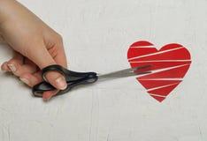 Le coeur brisé de papier sur le fond en bois blanc Photographie stock libre de droits