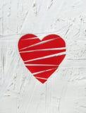 Le coeur brisé de papier sur le fond en bois blanc Photo stock