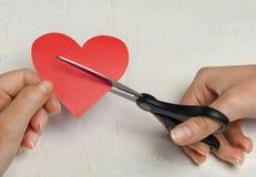 Le coeur brisé de papier sur le fond en bois blanc Image libre de droits