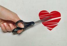 Le coeur brisé de papier sur le fond en bois blanc Images stock