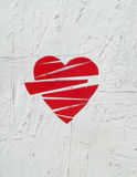 Le coeur brisé de papier sur le fond en bois blanc Photo libre de droits
