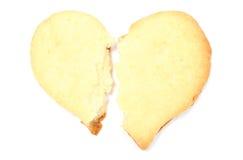 Le coeur brisé de Valentine du gâteau de levure sur le fond blanc Photo stock