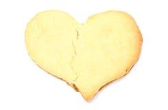 Le coeur brisé de Valentine du gâteau de levure sur le fond blanc Image libre de droits