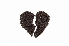 Le coeur brisé des grains de café d'isolement sur un fond blanc Photo libre de droits