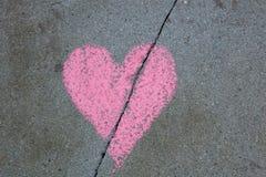 Le coeur brisé dessiné sur le trottoir avec la craie image stock