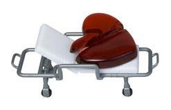 Le coeur brisé en verre rouge sur le chariot d'hôpital médical Images stock
