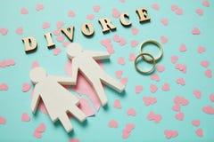 Le coeur brisé et deux anneaux d'or Divorce, amour et conflit de couples de personnes photo stock