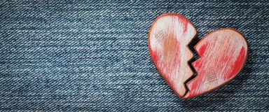 Le coeur bris? rouge rustique images stock