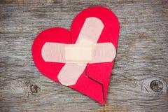 Le coeur brisé sur le fond en bois Photographie stock libre de droits
