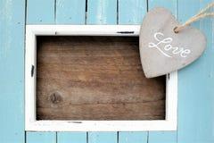 le coeur coloré bleu-clair de cadre et de pierre avec le mot aiment Photos stock