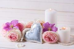 Le coeur décoratif, les roses roses et la clématite violette fleurit, cand Photographie stock