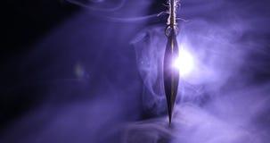 Le coeur d'or accroche sur la corde sur le fond fumeux modifié la tonalité foncé et l'espace pour le texte Concept de Saint Valen banque de vidéos