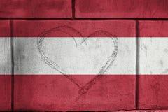 Le coeur d'amour chantent sur le mur avec mélanger le drapeau de l'Autriche Photos libres de droits