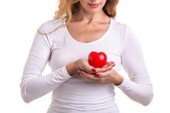 Le coeur d'amour, se protègent et le concept de soins de santé : HOL caucasien de femme Photos stock