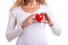 Le coeur d'amour, se protègent et le concept de soins de santé : HOL caucasien de femme Photo stock