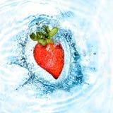 Le coeur de la fraise a chuté dans l'eau Photographie stock