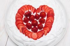 Le coeur de la fraise a fouetté la crème d'un plat Photographie stock libre de droits