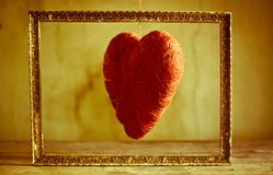 Le coeur de mon amour pendant d'un fil est encadré Image libre de droits