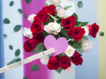 Le coeur de papier de Valentine avec le fond de roses Photographie stock