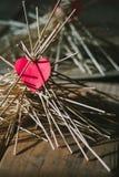Le coeur de papier se trouve sur les bâtons en bois Idée Photo libre de droits