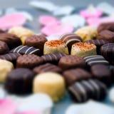 Le coeur de truffes de chocolat romantiques et de roses blanches forment la composition carrée en installation Photos libres de droits