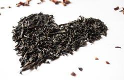 Le coeur des feuilles de thé sur un fond blanc image libre de droits