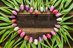 Le coeur des tulipes fleurit sur la table rustique pour le 8 mars, Internati Image stock