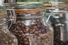 Le coeur du café est de prêter l'attention à la sélection des grains de café crus pour faire un bon café C'est un art de chef d'o images libres de droits