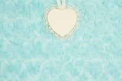 Le coeur en bois avec la dentelle sur la sarcelle d'hiver pâle a monté fond de tissu de peluche photographie stock