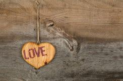 Le coeur en bois de message de valentines d'amour se connectent le backgrou gris rugueux Images libres de droits