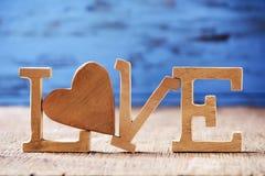 Le coeur en bois et les lettres formant le mot aiment Images libres de droits